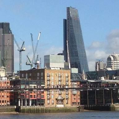 Мост тысячелетия и вид на Сити