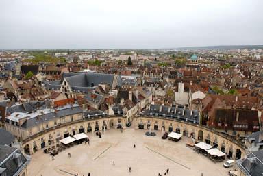 Площадь Освобождения перед дворцом герцогов Бургундских