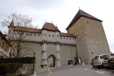 Фасад замка графов Женевских (и позже герцогов Женевуа-Немур)