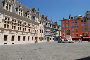 Площадь Сент-Андре со зданием бывшего Дофинуазского Парламента