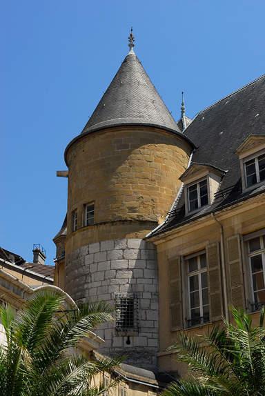 Казначейская башня бывшего дофинского дворца