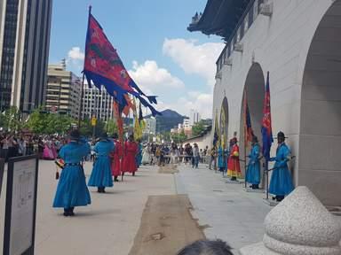Церемония смены караула около главного входа во дворец