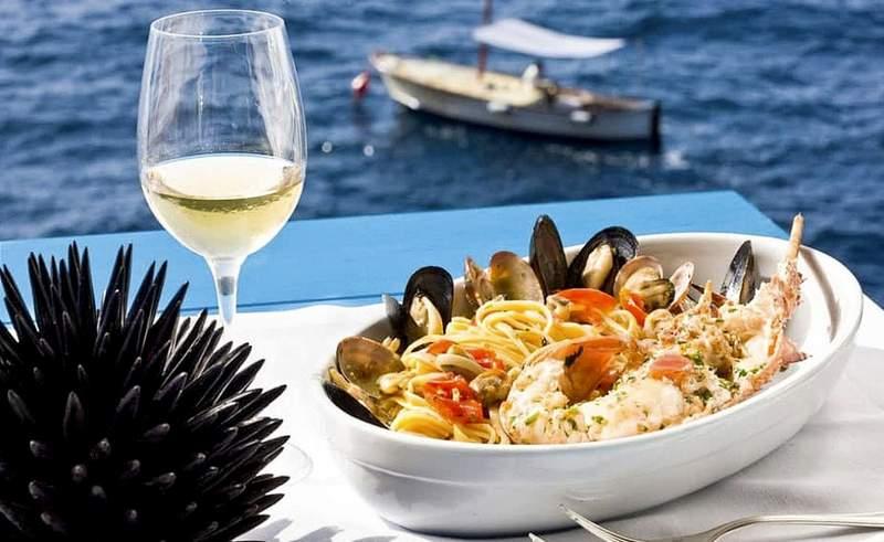 ужин у моря