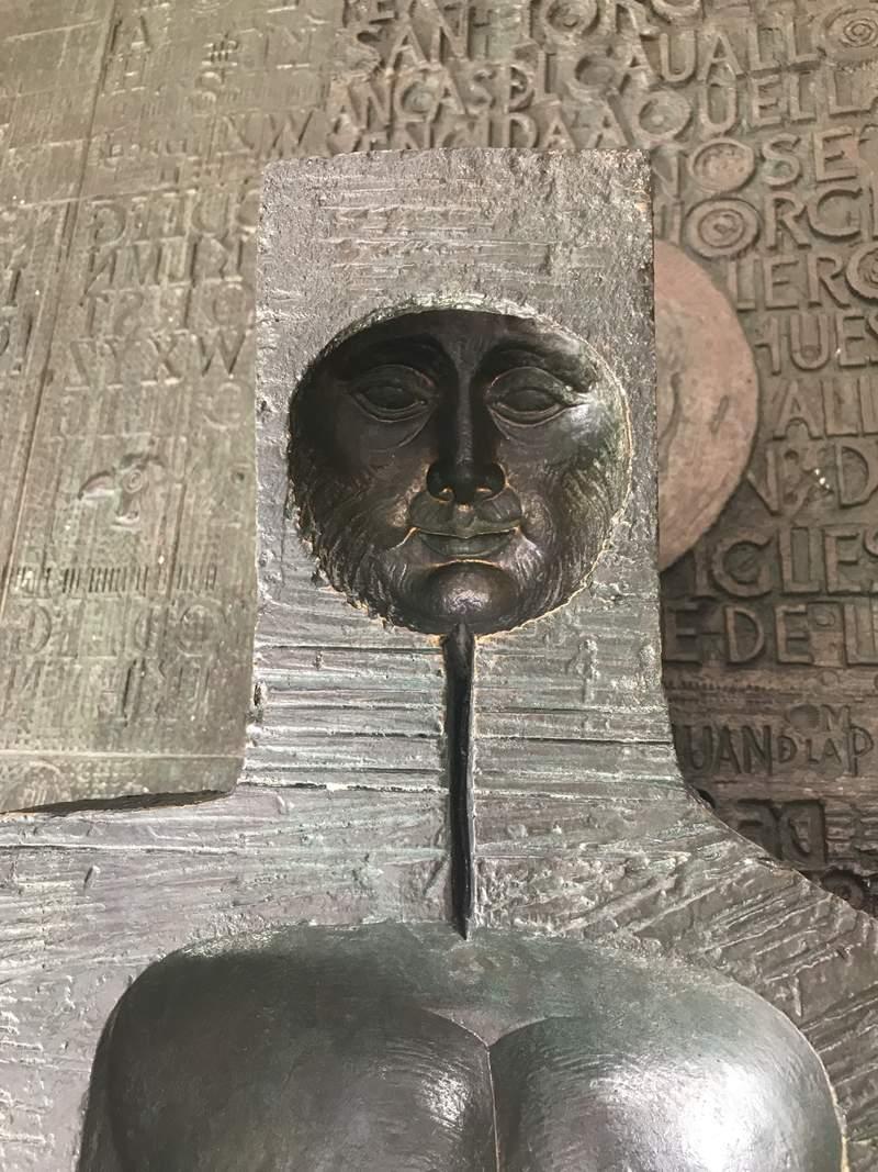 Лицо Святого Георгия Победоносца на бронзовой двери в Королевском Дворце