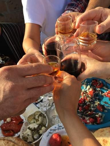 Ароматное вино и фруктовая водка