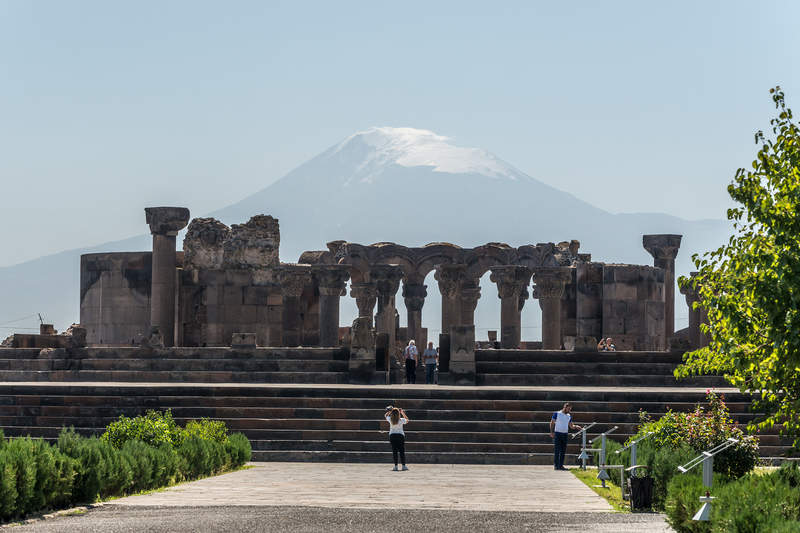 Храм Звартноц на фоне горы Арарат