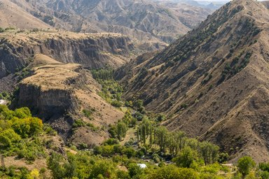 Вид с территории музея Гарни на ущелье