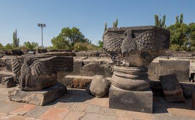 Фрагменты храма Звартноц