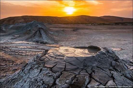 Закат на грязевых вулканах