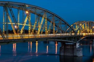 Мост, разделяющий город Комарно на венгерскую и словацкую части.