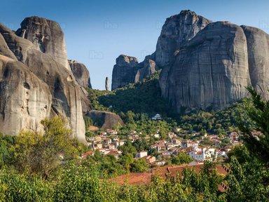 У подножия Метеорских скал расположились город Каламбака и колоритная деревушка Кастраки
