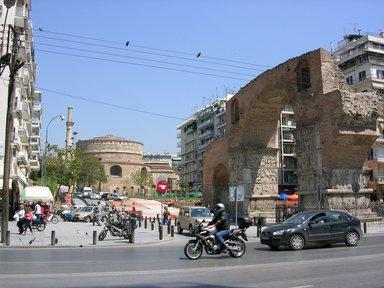 Триумфальная арка Галерия и Ротонда - фрагменты Римского Императорского квартала в Салониках