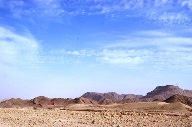 Разноцветная-пустыня-в-долине-Тимна