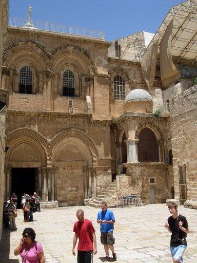 Площадь-перед-входом-в-Святая-Святых-Храм-Гроба-Господня-в-Иерусалиме