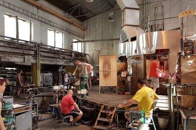 Горячий цех мастеров стеклодувов