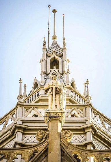 Дом с рыцарем - символ любви миллионера простолюдина и потомственной дворянки