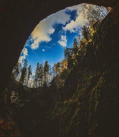 Мацоха провал. Вид из пещеры.