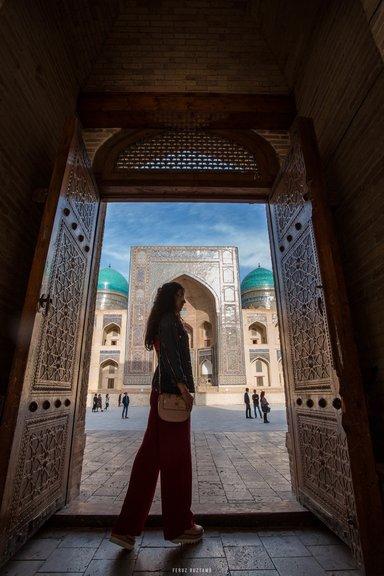 У дверей Мечети Калон