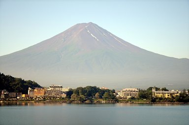 Вид на гору с озера у подножия