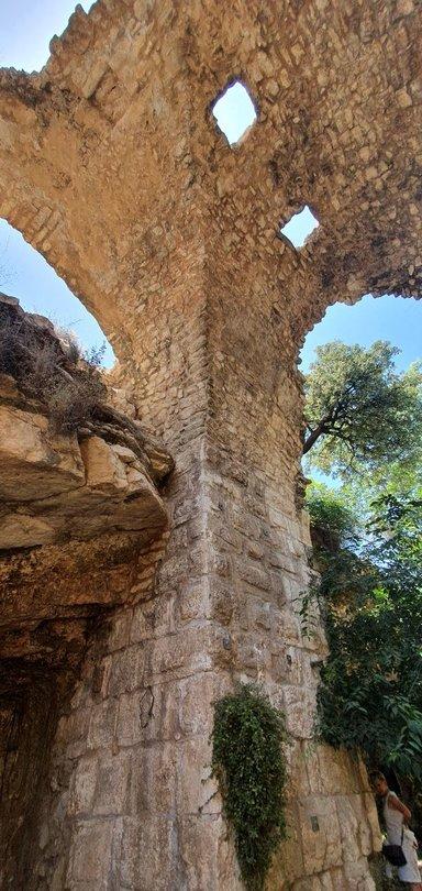 Руины среденвековой постройки в Геенне Огненной