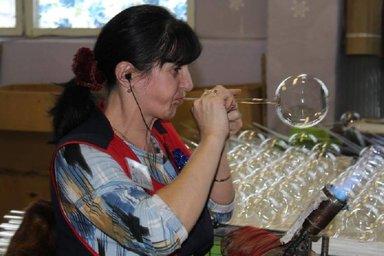 Процесс выдувания новогоднего шара