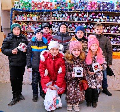 Дети с покупками после посещения Карачевской фабрики