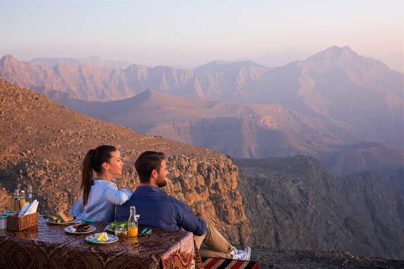 Вы проедете 12 км по извилистым живописным дорогам и насладитесь видом на Аль-Айн и соседний Оман с высоты 1249 метров.