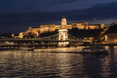 Панорама ночного Будапешта. Вид на королевский дворец и Цепной мост