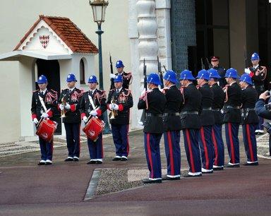 Почётный караул перед княжеским дворцом