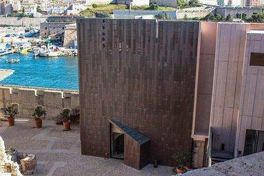 В здании порта расположили постоянную экспозицию музея и множество обзорных площадок