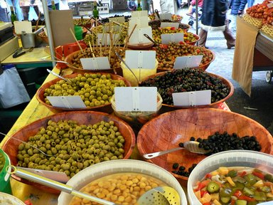 Разнообразие оливок на местном рынке
