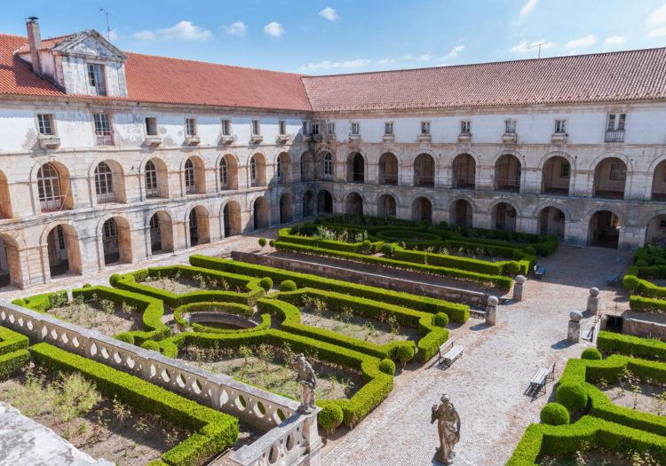 Аббатство Санта-Мария-де-Алкобаса - достопримечательности Португалии
