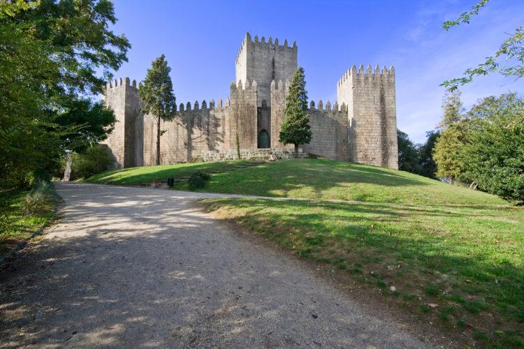 Замок Гимарайнш - достопримечательности Португалии