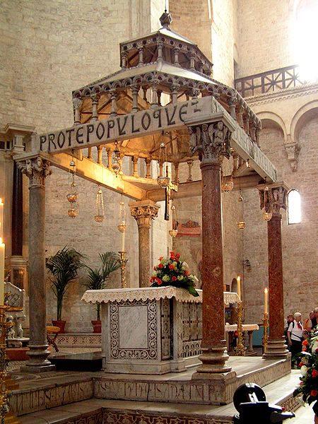 Киборий (pyx) в базилике С. Николая в Бари, Италия