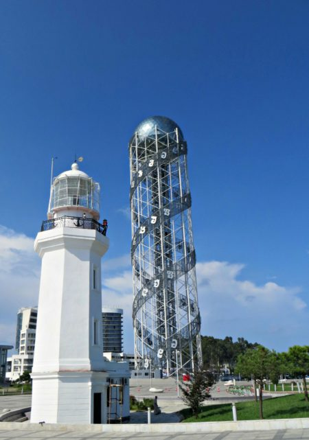 "Батумский маяк и башня ""Алфавит"" в Парке чудес в Батуми"