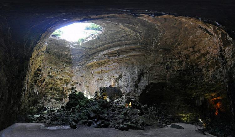 Карстовая пещера Гротте-ди-Кастеллана в Бари