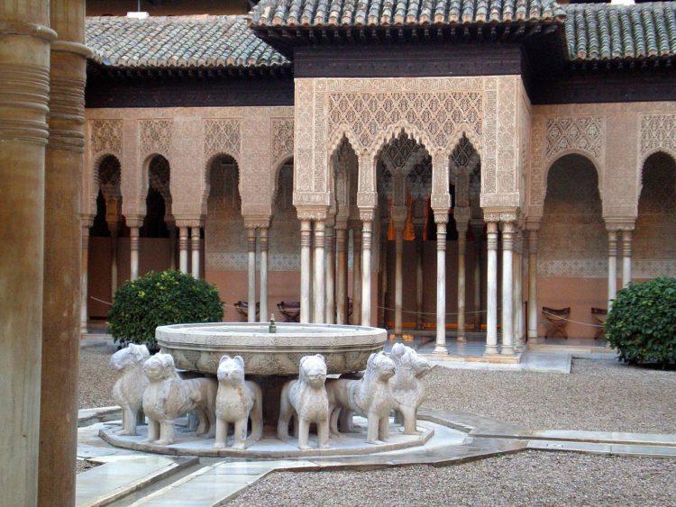 Фонтан Львов в Альгамбра в Гранаде - достопримечательности Андалусии, Испания