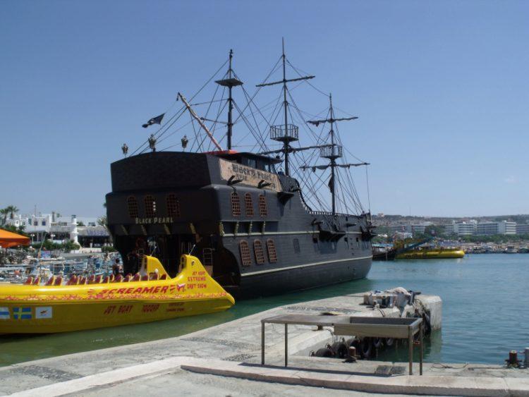 """Пиратский корабль """"Чёрная жемчужина"""" в Айя-Напе на Кипре"""