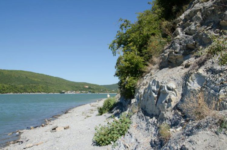 Берег озера Абрау в посёлке Абрау-Дюрсо