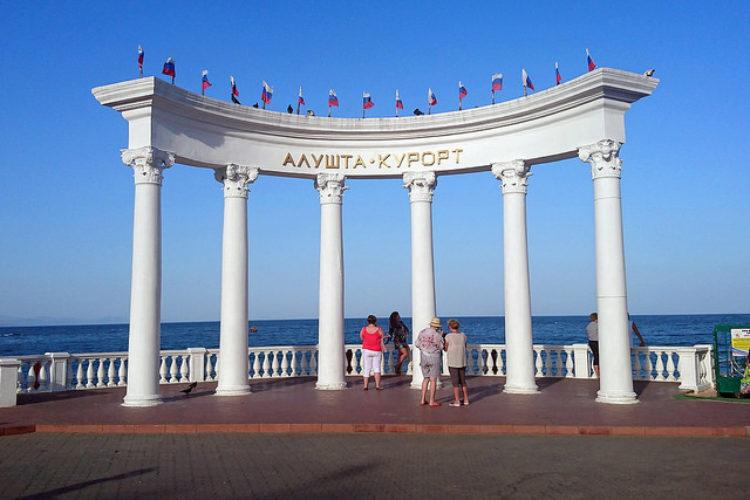 """Арка с надписью """"Алушта - курорт"""" - достопримечательность Алушты"""