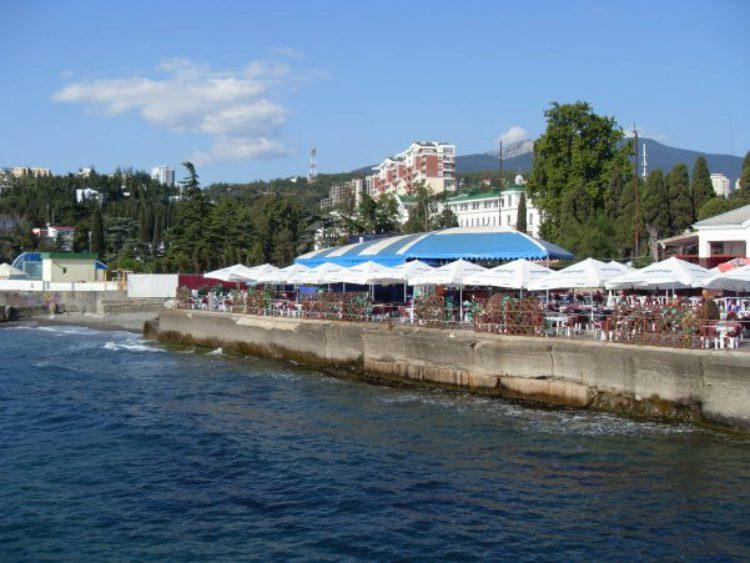 Отдых в летнем кафе у моря в Алуште в Крыму