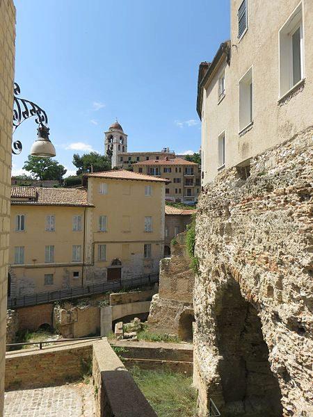 Древнеримский амфитеатр в Анконе - вид с аллеи Карцери в Италии