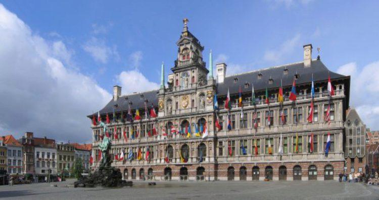 Ратуша Антверпена (мэрия Антверпена) стоит на площади Гроте Маркт в Аетверпене в Бельгии