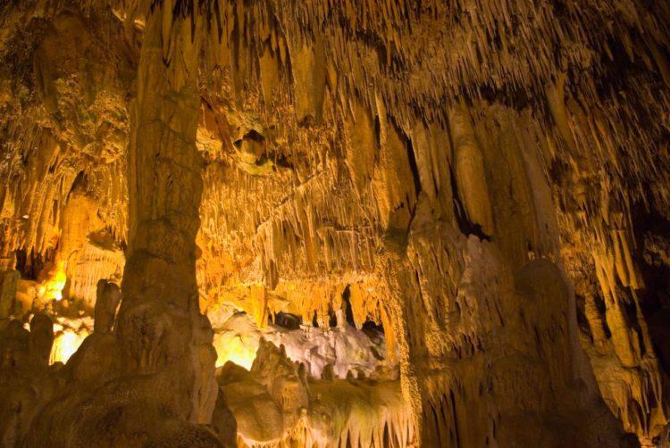 Пещера Дамлаташ Магарасы или «Пещера капель камней» в Аланье в Турции