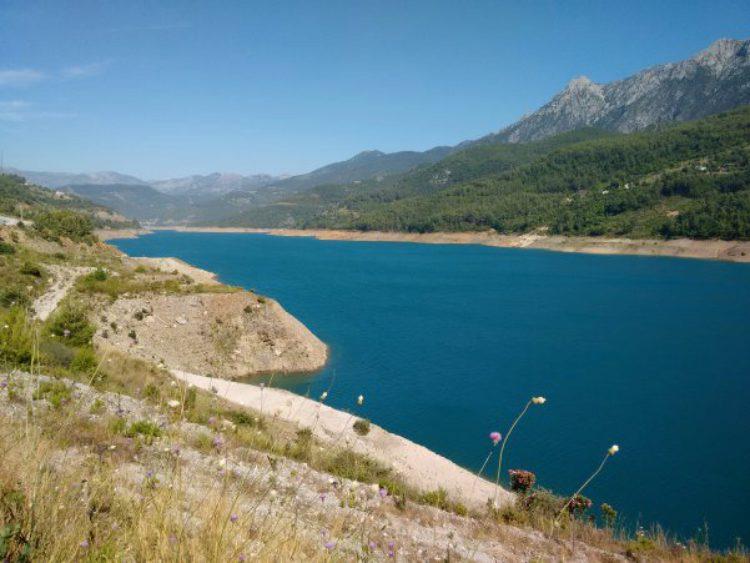 Водохранилище на реке Дим-Чай в Аланье в Турции