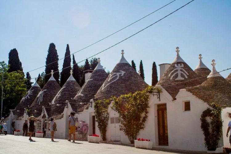 Домики «труллы» в городе Альберобелло в Апулии - достопримечательность Италии
