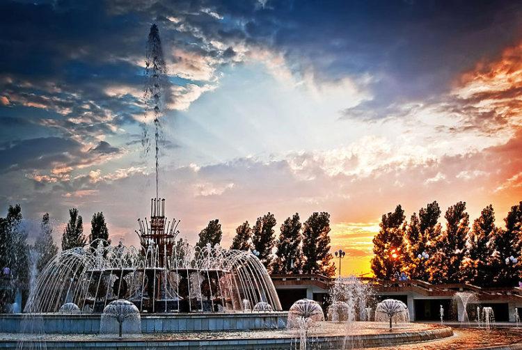 Крупнейший городской фонтан в Парке Первого Президента в Алма-Ате в Казахстане