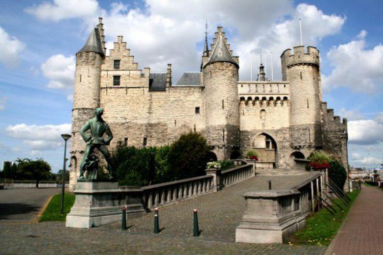 Вход в средневековый замок Стен. Национальный морской музей Антверпена в Бельгии