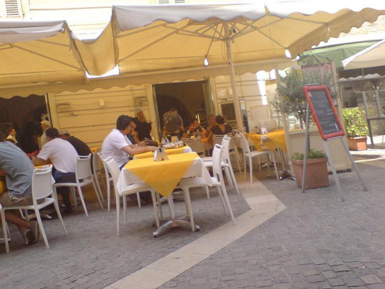 Летнее кафе в древнем городе Анконе в Италии