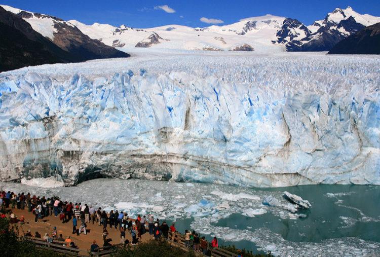 Перито Морено - самый популярный ледник в Национальном парке Лос-Гласьярес в Аргентине в Южной Америке